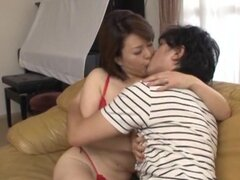 Chica asiática madura caliente Izumi Takashima pone estilo perrito, Izumi Takashima es una chica asiática madura caliente de puta hardcore! Ella está en ropa interior sexy cuando ella chupa su polla en una mamada caliente. Él le recibe desnuda para que pu