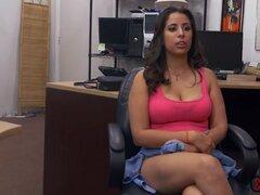 Pretty Nina le encanta conseguir su coño relleno de polla enorme