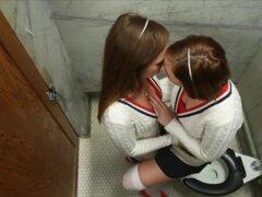 Jugar Footsies en la habitación de las niñas, Jodie Taylor y Maddie o ' Rielly son dos malcriado co-ed adicto a los pies! Tanto de hecho que entre las clases que no pueden ayudarse a sí mismos pero al chupar, lamer y oler otros lindo suave, PED, blancos c