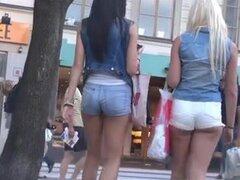 Franca edad adolescente botines en shorts muy cortos,