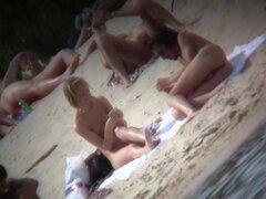 Parejas desnudas son caricias desnudo en una playa nudista, un día muy afortunado para un voyeur calle buscando caliente hasta el punto de vista de la falda, como un polluelo largo piernas sexy en una mini falda pasa por su viento de ojo caliente levantan