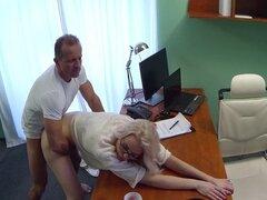 Creampied médico gafas sexy babe. Doctor cachondo consiguió mamada agradable de flaco gafas sexy babe en oficina del hospital y luego follan su coño y creampied su mesa de examen en
