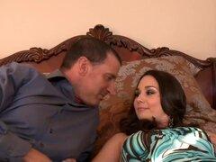 Holly oeste Tony DeSergio en mi esposa tiro amigo, Holly muestra Tony el dormitorio que ella está pensando en que él y su esposa. Tony rueda sobre la cama para probarlo, y después de un tiempo, Holly decide unirse a él. Muy pronto son desnudos y en la pos