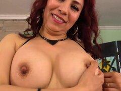 Madura Latina juega con su Twat y se la follan