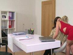 Agente lesbiana divirtiéndose en el casting. Rubia sexy lesbiana agente se puso cachonda mientras entrevistaba a la nena morena por lo que lamió y luego dedos de su coño lesbiana hasta que ambos tienen orgasmo