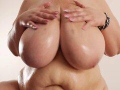 Loción de grandes tetas gorda BBW, BBW con enormes tetas, afeitado coño grueso y grandes muslos gordos mostrando y frota la loción en su cuerpo