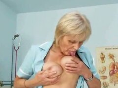 Abuela rubia es una enfermera cachonda en 50