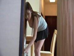 Criada adolescente japonesa sexy en minifalda demasiado corta exponiendo su gran culo en cam!