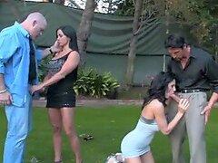 Dos tíos están intercambiando coños de sus esposas
