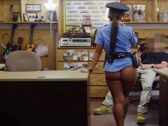 Oficial de policía Latino que se cerca con barandilla por hombre de peón en la casa de empeño. Oficial de la policía de Latina con enorme culo y sus enormes tetas obtiene su dulce coño golpeado por hombre peón desagradable en la casa de empeño