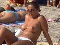 Chica en topless en la playa 4, esta española madura tiene unas tetas realmente grandes! Me encanta su perfecto pezón y la areola. D quiero chuparles! Mira su cara cuando ella se da cuenta que alguien le está grabando topless! ¡¡Muy bien!!