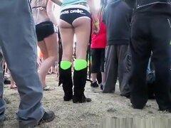 Culo caliente chica tatuada en shorts muy ajustados, culo caliente tatuada chica en shorts muy ajustados en el festival de música.
