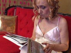 Abuela madura en medias gimiendo mientras digitación su coño - Maira B. de fascinación