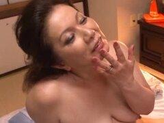 Ama de casa solitaria Chizuru Iwasaki consigue algunos sexo salvaje