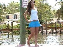Caliente jovencita hermosa de perfecto cuerpo es follada y cubierta de leche en un bote