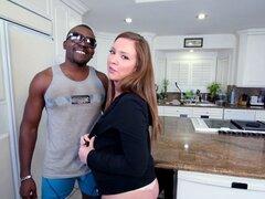 Una pareja interracial tiene diversión hardcore en la cocina