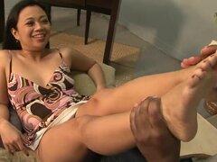 Asiática le da un gran trabajo de pies a un tipo afortunado