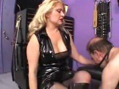 Dos dominatrices follan un sissy thrall en el trasero, dos dominatrices pervertidas y bastante follable en trajes kinky usan sus pollas strapon a un thrall sissy en este video de strapon femdom.