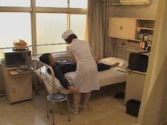 Adorable enfermera traviesa clavada duro en películas de sexo japonés, película fetiche médico esta caliente bimbo Japon con su paciente es genial. Su bonito coño consiguió golpeó muy duro y que resultó bastante grande y él sabe cómo por favor.