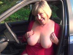 Mujer madura se masturba y chupa la polla en el coche - Monieka S.