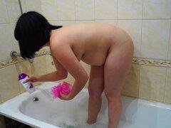 Chica rusa meando y tomando un baño