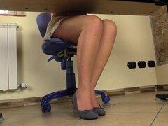Escote sexy y un par de pies planos en el trabajo - Petra