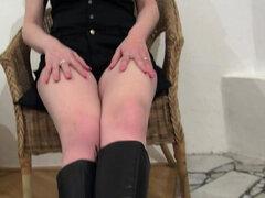 Chica caliente en botas juega con su coño