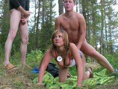Trío al aire libre en el bosque con sexo Anal para una rubia puta