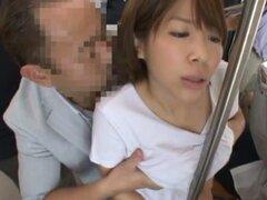 Miku Hasegawa se la follan por detrás en un autobús público