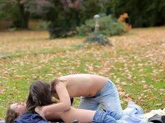 Sexo lesbico en el parque