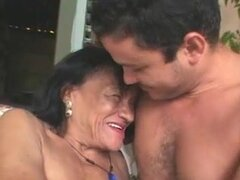 Abuela fea de brasileño, da para arriba su coño seco y butthole