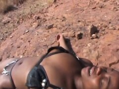 Niña africana sumisa obtiene nalgada mientras está acostado en el piso