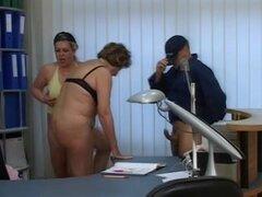 Trio FFM con una puta vieja y una MILF, un tío cachondo, una abuela y una MILF tetona se reunieron e hizo una porno. Les la follan al mismo tiempo.