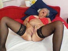 La fea abuela Cecilie juguetea su cunny sin afeitar. Abuela sencilla Cecilie juguetes su culo peludo