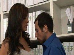 Secretaria de la oficina de MILF seduciendo a compañero de trabajo y follada
