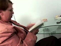 Dos adolescentes delgados examen mostrando juegos de lesbianas profesora madura gordita