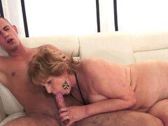 La abuela escupe jizz. La abuela escupe el esperma sobre dick después de chupar y montar a caballo