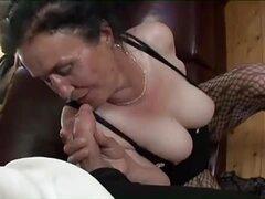 Abuela morena tetona obtiene cachonda coño golpeando