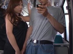 Perra japonesa tetona da un titjob a un desconocido en un bus