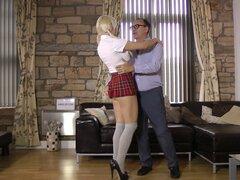 Chica mala en una colegiala uniforme engancha con un hombre mucho más viejo - día Sienna