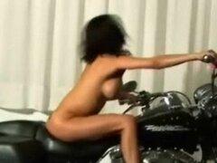 Alexis Amore acariciando en su moto