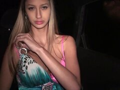 Hermosa teen tetona sexo de ventana de coche público gangbang parte. Bang gang de relaciones sexuales de riesgo a través de la ventana del coche con una chica bonita adolescente con grandes tetas por extraños al azar parte 2