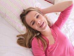 Adolescente rubia consigue anal por detrás por primera vez, Linda teen rubia Jillian Janson en lencería rosa posando en la cama de su pareja y luego dejándole comer su coño afeitado mientras ella haciendo selfie entonces anal follando por primera vez