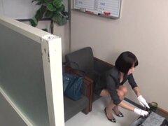 Petite chica oficina japonesa muestra sus habilidades golpes perfectos, lindo pelo corto modelo de AV japonés es una milf oficina que disfruta del sexo. Ella luce maravillosa en su traje de oficina y su colega cachonda sale con su polla dura y ella explor