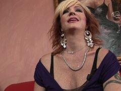 Whorable milf Brittany Blaze disfruta estimulando su clítoris