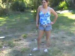 Señora gordita llevando pantalones cortos le gusta jugar Golf desnudo al aire libre
