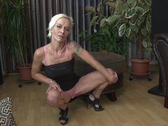 Pelo corto abuelita Roxette y su amor por la masturbación - Roxette