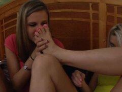 3 chicas que huele su propia y otros pies Stinky de pisos