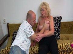 Abuela follando chico joven caliente con correa-en OLDNANNY