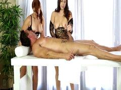 Dos masajistas compartidas dando una mamada bajo la mesa